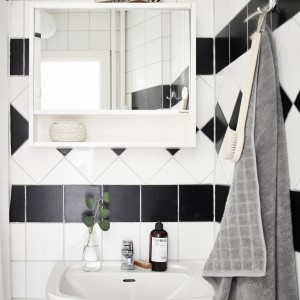 W małej łazience zdecydowano się na czarno-białe płytki, które stanowią ponadczasowe, eleganckie wykończenie. Fot. Stadshem.