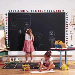Aranżując pokój dziecka ścianę lub jej fragment warto pomalować farbą tablicówką. W ten sposób dziecko zyska dużą przestrzeń do pisania czy rysowania kredą. Fot. Benjamin Moore.