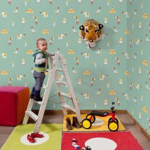Pokój malucha może przypominać prawdziwy, zabawny cyrk. Wystarczy ozdobić ściany tapetą Circus marki Paper Moon z motywami charakterystycznymi dla tego wyjątkowego przedstawienia. Fot. Paper Moon.