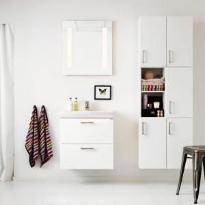 W skandynawskich łazienkach króluje biel, która stanowi doskonałe tło dla kolorowych dodatków. Fot. Ballingslov.