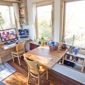 Największy stół w domu wsparto o zabudowę poprowadzoną wzdłuż dużych okien w salonie. W zabudowie znajdują się liczne półki, będące idealnym miejscem do przechowywania. Projekt i zdjęcia: Alek Lisefski.