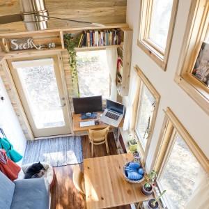 Połączenie naturalnego drewna i białych ścian sprawia, że domek jest przytulny, ale nie klaustrofobiczny. Dzięki wykończenie podłogi i sufitu drewnem pomieszczenia wydają się niższe, ale też dzięki temu szersze. Projekt i zdjęcia: Alek Lisefski.
