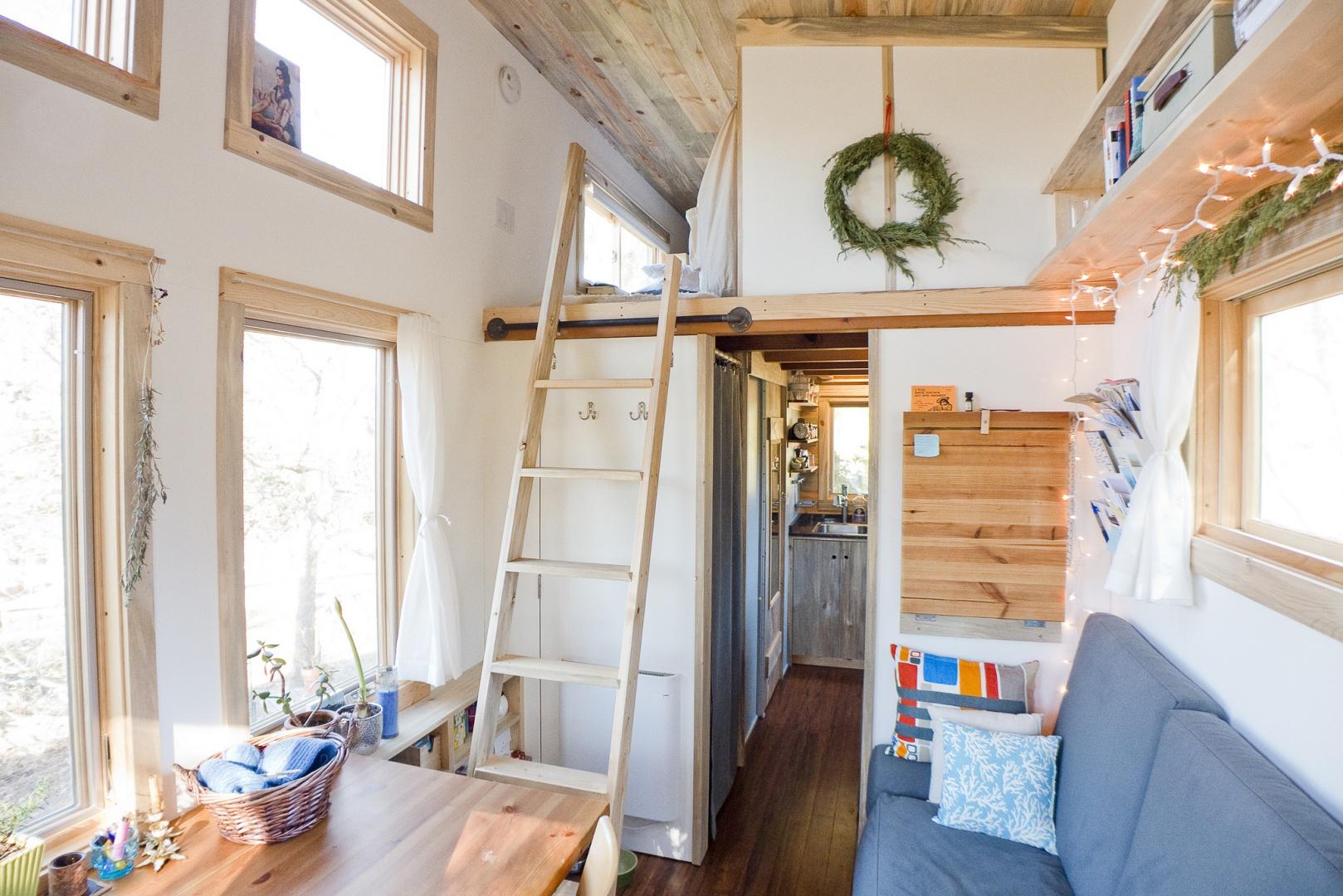 Sypialnia znajduje się na niewielkiej antresoli, do której prowadzi drabinka, mogąca w ciągu dnia posłużyć np. za wieszak. Projekt i zdjęcia: Alek Lisefski.