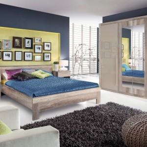 Meble z kolekcji Malvagio nadadzą wyrazistości nawet najmniejszej sypialni. W skład systemu wchodzi pojemna szafa ubraniowa z lustrem, praktyczna komoda, szerokie łóżko oraz szafka nocna w ciekawym połączeniu kolorystycznym dębu antycznego z beżowym połyskiem. Fot. Meble Forte.