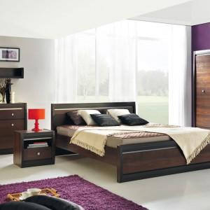 Meble systemowe Forrest firmy Marmex  w cieplej kolorystyce orzech ciemny/dąb milano wprowadzą do sypialni elegancję oraz przytulny klimat. Cena: ok. 3.400 zł. Fot. Marmex.