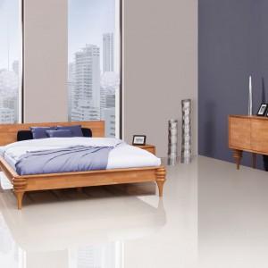 Zestaw Paris to propozycja dla wielbicieli elegancji i prostoty z nutką niezwykłego dekoru przyciągającego wzrok. Poza wyjątkowym designem łóżko cechuje także solidność, którą gwarantuje zarówno konstrukcja, jak i materiał - drewno bukowe. Fot. Beds.pl.