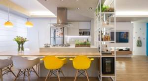 Zaprojektowane dla pary młodych ludzi mieszkanie jest takie, jak jego mieszkańcy: energetyzujące i dynamiczne. Zobaczcie, jak ciekawie można podzielić przestrzeń.
