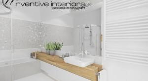 Nasza czytelniczka ma problem z aranżacją maleńkiej łazienki. Projektant przedstawia dwa przykłady na układ łazienki oraz gdzie i jak można zmieścić schowki, szafki, półki.