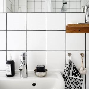 Ściany w łazience wykończono klasycznymi, symetrycznymi i bardzo prostymi stylistycznie płytkami. Ich mały rozmiar jest idealny do małej łazienki - duże wymiary płytek mogłyby zmniejszyć przestrzeń optycznie. Fot. Stadshem.
