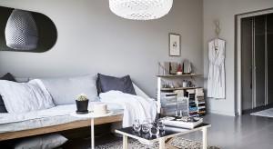 Mieszkanie składa się z jednego głównego pokoju, łazienki oraz niewielkiego przedpokoju. Zobaczcie jak je urządzono.