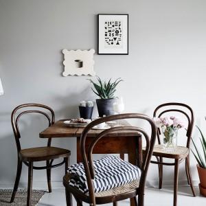 Małą jadalnię tworzy niewielki stolik, którego blat można rozłożyć, zyskując miejsce dla dodatkowej osoby. Drewniane, stylizowane meble wprowadzają romantyczny nastrój do wnętrza. Fot. Stadshem.