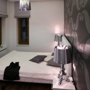 Oświetlenie ze stalowym połyskiem nadaje sypialni glamourowy styl oraz w praktyczny sposób zdobi wnętrze. Projekt: Katarzyna Mikulska-Sękalska. Fot. Bartosz Jarosz.