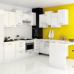 Białe meble z oferty popularnej sieci zyskały fantazyjną odsłonę dzięki asymetrycznemu montażowi górnych szafek, który wprowadza dynamizm i energię do przestrzeni kuchni. Fot. Castorama, kuchnia City.