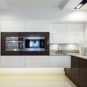 Niezwykle efektowne rozwiązanie: tradycyjne górne szafki w dwóch krótkich rzędach połączono z zabudową, w której zainstalowano sprzęt AGD. Oryginalnym rozwiązaniem jest podwieszenie całej zabudowy, co nadaje kuchni bardzo nowoczesny charakter. Fot. Pracownia Mebli Vigo, kuchnia Lumia.