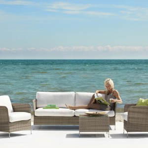 Meble dostępne w ofercie marki Sika Design. Połączenie rattanu i bieli nadaje im elegancki wygląd. Warto zwrócić również uwagę na delikatne aluminiowe nóżki. Fot. Sika Design.