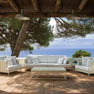Meble wypoczynkowe z kolekcji Caleta marki Point. W kolekcji dostępna jest sofa w dwóch rozmiarach, fotel oraz stoliki (mały i duży). Meble prezentują się elegancko i bardzo stylowo. Fot. Point.