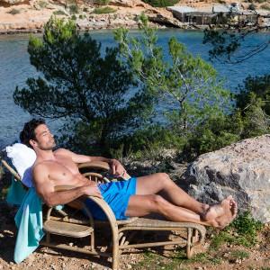 Świetnym rozwiązaniem na taras lub do ogrodu będzie leżak dostępny w najnowszej ofercie marki Riviera Maison. Fot. Riviera Maison.