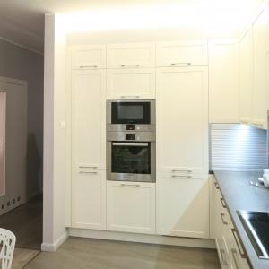 W tym mieszkaniu kuchnia, jadalnia oraz salon są usytuowane w jednym rzędzie, a kuchnię zamyka częściowo ażurowa ścianka. Projekt: Małgorzata Goś, Agata Balińska. Fot. Bartosz Jarosz.