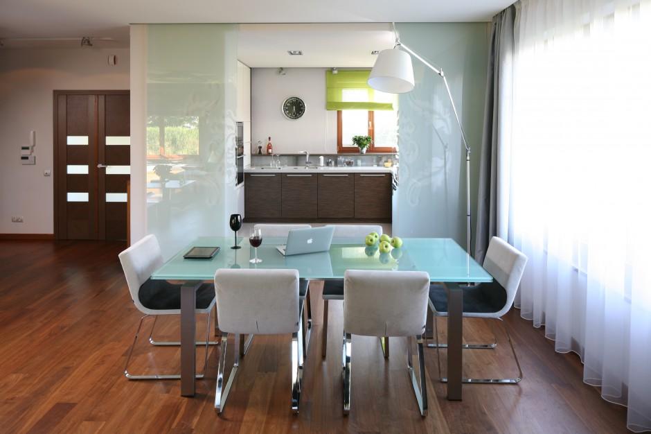 Blat stołu został wykonany Kuchnia otwarta na salon   -> Otwarta Kuchnia Jadalnia Salon