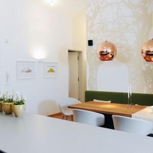 Domowników po wejściu do domu wita szklany panel z nadrukiem odcisków palców. Oryginalna dekoracja jest jednocześnie symbolem, mówiącym: wkraczacie w prywatną przestrzeń. Projekt: GAO Arhitekti. Fot. Mateja Jordovič Potočnik.