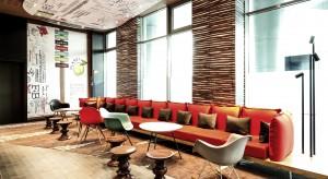 Popularne obiekty rodziny hoteli ibis proponują swoim gościom dynamiczny design iciekawe wnętrza. Flagowym obiektem sieci jest ibis Warszawa Stare Miasto. Na jego gości czekają m.in. lobby według konceptu Avanzi, restauracja ibis kitchen i wygodne