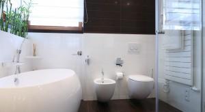 Łazienka została urządzona bardzo funkcjonalnie. Dzięki odpowiedniemu rozmieszczeniu poszczególnych elementów i uniwersalnemu połączeniu kolorów udało stworzyć się przytulne, ponadczasowe wnętrze.