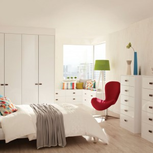 Chcąc uzyskać modny, a zarazem uniwersalny wygląd sypialni, warto wyposażyć ją w białe meble o prostej formie. Taką bazę wzbogaćmy o kolorowe dodatki, przez co uzyskamy ładną, radosną aranżację. Fot. Hammonds Furniture.