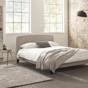 Wnętrze w stylu industrialnym nie musi być zimne. Wystarczy, że w aranżacji wykorzystamy meble czy dodatki w ciepłych odcieniach beżu, a ścianę wyłożymy starą cegłą. Fot. Stay in Bed.