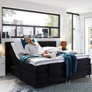 Atrybutami nowoczesnej aranżacji jest zestawienie kontrastowych kolorów oraz mała ilość przedmiotów. Czarne łóżko z praktycznymi szufladami będzie najmocniejszym elementem białej. Fot. Delife.