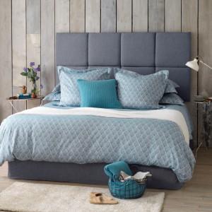 Drewno we wnętrzach przeżywa prawdziwy renesans. Moda na stosowanie tego naturalnego materiału w nowoczesnych sypialniach dawno już przekroczyła płaszczyznę podłogi. Panele czy deski o różnym wybarwieniu coraz częściej zdobią ściany nadając im ciepły, modny wygląd. Fot. The Secret Linen Store.
