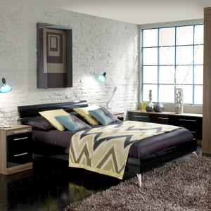 Wykorzystanie cegieł jako element dekoracyjny sypialni wprowadzi do niej młodzieńczy, loftowy klimat. W zestawieniu z eleganckimi meblami podkreśla wyrafinowany styl aranżacji. Fot. Hammonds Furniture.