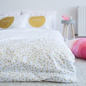 W modnej sypialni ważne są nie tylko meble czy sposób dekoracji ścian, ale i dodatki. Dlatego też pościel nie może być przypadkowa. Fajnie jeśli będzie pasowała do stylu wiodącego w sypialni. Fot. Feliz.