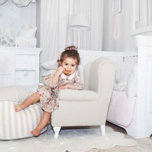 Iście królewską aranżacje możemy stworzyć wykorzystując bardziej uniwersalne, białe meble w stylu francuskim, np. marki Caramella. Taką subtelną aranżację można dowolnie modyfikować wykorzystując kolorowe dodatki. Na zdjęciu meble z kolekcji marki Caramella. Fot. Caramella.