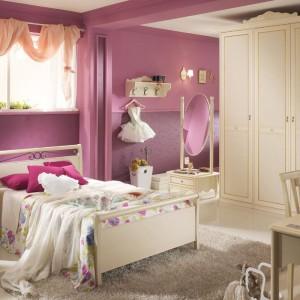 Tiulowa szarfa zawieszona na karniszu, dekoracyjne poduszki czy kwiecista narzuta na łóżko potrafią zmienić nawet zwykłe wnętrze w zwiewną, dziewczęcą aranżacje. Na zdjęciu kolekcja Magnolia włoskiej marki Spar. Fot. Spar.