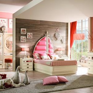 Łóżko wyróżnione baldachimem czy dekoracyjnym wezgłowiem sprawi, że aranżacja pokoju córki stanie się wyjątkowa. Warto pamiętać, by dla ozdobnego wezgłowia zrobić bardziej stonowane tło. Sprawdzi się ściana wyłożona drewnianymi panelami. Na zdjęciu meble z kolekcji marki Caroti. Fot. Caroti.