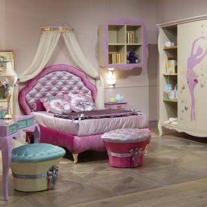 W pokoju małej księżniczki tradycyjne krzesła można zastąpić dekoracyjnymi pufami wykończonymi połyskującym atłasem. W ten sposób pokój napełni się glamourowym blaskiem. Na zdjęciu meble z kolekcji marki Giusti Portos. Fot. Giusti Portos.