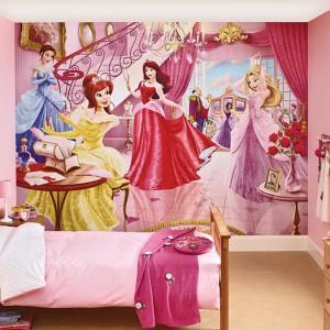 Ściana z fototapetą przedstawiającą roztańczone księżniczki, ubrane w piękne suknie, wprowadzą do wnętrza atmosferę niczym z balu Kopciuszka. Taka dekoracja nie potrzebuje dodatkowych elementów ozdobnych. Fot. Dulux.