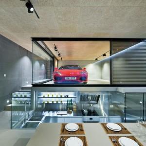 Nowoczesne wnętrze: zobacz salon z przeszklonym garażem