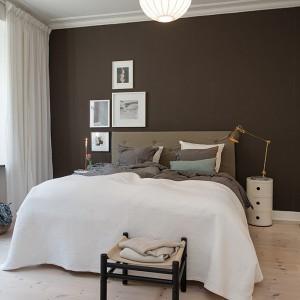 Jasne, stonowane kolory i jeden mocny akcent - ściany w czarnym kolorze. Sypialnia jest nowoczesna i bardzo stylowa. Fot. Alvhem Mäkleri.
