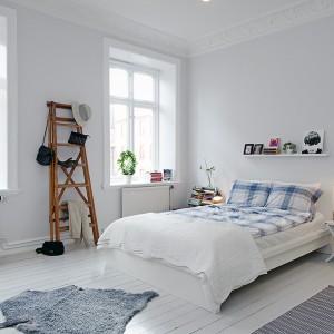Biel nadaje przestrzeni sypialni przestronności i sprawia, że jest ona pełna światła. Pięknie prezentują się sztukaterie oraz bielona podłoga. Fot. Alvhem Mäkleri.