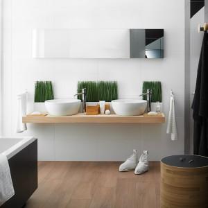 Płytki z kolekcji Pago Natural. Satynowa,  delikatnie szorstka powierzchnia i piękny  rysunek naturalnego drewna dobrze komponuje się z bielą i czernią płytek. Fot. Ceramika Paradyż.