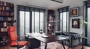 """Wnętrze apartamentu jest odzwierciedleniem """"osobowości wielkomiejskiej"""", zafascynowanej Nowym Jorkiem, miłośnika dobrej lektury i wina, estetą. Każdy przedmiot znajdujący się w tym mieszkaniu jest uosobieniem osoby Pana domu, zarówno jego pra"""