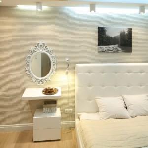 Niewielka sypialnia została wydzielona z otwartej przestrzeni dziennej. Dominuje w niej barwa złamanej bieli, dzięki czemu wnętrze wydaje się optycznie większe, jasne a przy tym również przytulne. Projekt: Łukasz Sabat. Fot. Bartosz Jarosz.