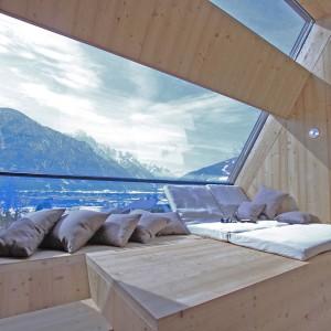 Wnętrze jest bogato oświetlone naturalnym światłem, wpadającym przez duże okna, stykające się ze sobą w różnych płaszczyznach, tworząc kąt rozwarty i niesamowite wrażenie wizualne. Projekt: Architekturbüro Jungmann&Aberjung Design Agency. Fot. DI Lukas Jungmann/Familie Pitterl.