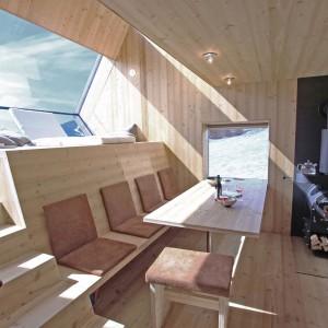 Wnętrze domu zostało w całości wykończone w drewnie. Nie jest to jednak tradycyjna drewniana chałupka, a bardzo nowocześnie zaaranżowana przestrzeń w stylu minimalistycznym. Projekt: Architekturbüro Jungmann&Aberjung Design Agency. Fot. DI Lukas Jungmann/Familie Pitterl.