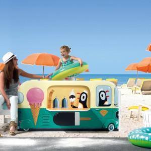 Łóżko przypominające samochód rozwożący lody marki Cuckooland będzie odpowiednie nawet dla 2-latków. Dzięki barierce ozdobionej wizerunkiem radosnych pingwinów, dziecko nie spadnie podczas snu. Fot. Cuckooland.