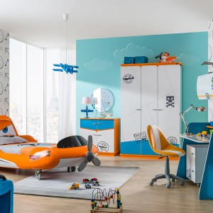 Łóżko wzorowane na wyglądzie bohatera słynnej bajki Samoloty dostępne w sklepie Kids and Teens. Jak na prawdziwy samolot przystało, mebel wyposażony jest w śmigło oraz skrzydła, pełniące rolę stolików nocnych. Fot. Kids and Teens.