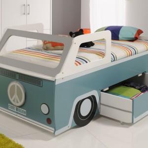 Wygodne łóżko w kształcie samochodu marki Cuckooland z pewnością przypadnie do gustu małemu chłopcu. W podwoziu ukryta jest praktyczna szuflada na pościel czy inne rzeczy. Fot. Cuckooland.