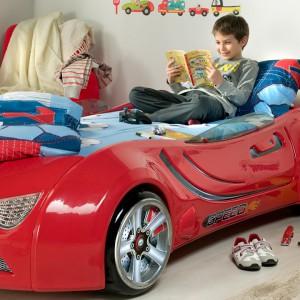 Który chłopiec nie chciałby choć na chwilę posiedzieć w samochodzie wyścigowym. W tym aucie dziecko może siedzieć ile chce, a nawet porządnie się wyspać. Łóżko ze sklepu Istikbal. Fot. Istikbal.