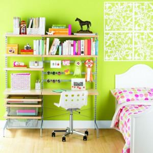 Dziecku w wieku szkolnym przydadzą się półki zawieszone na ścianie czy regał na książki ustawiony nieopodal biurka. Dzięki temu akurat niepotrzebne rzeczy nie będą zagracać blatu rozpraszając uwagę dziecka. Fot. Elfa.